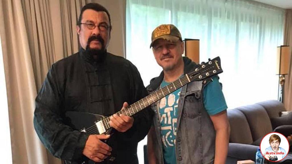 Сигалу подарили гитару российского музыканта